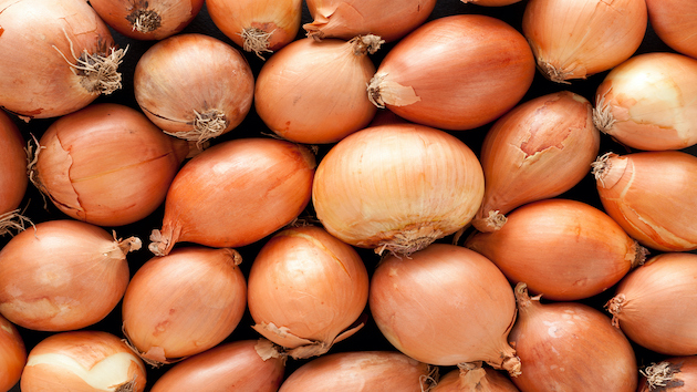 fresh-whole-onions-linked-to-salmonella-outbreak-in-37-states:-cdc