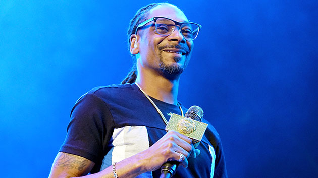 """snoop-dogg-plays-""""stand-by-me""""-for-his-late-mother-at-boston-concert"""